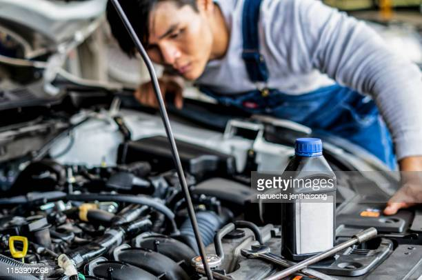 filling engine oil in modern car. winter service for safe driving. - car lubricants 個照片及圖片檔