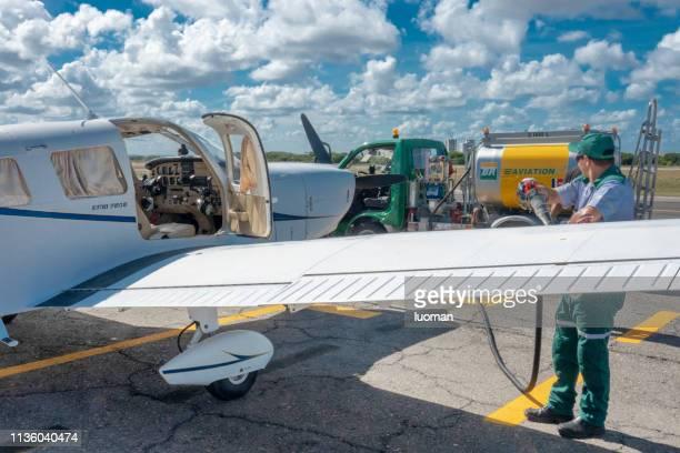 encher o tanque do avião - brasil sergipe aracaju - fotografias e filmes do acervo