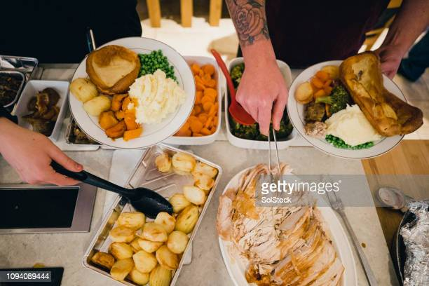 食品とのプレートを充填 - ローストポテト ストックフォトと画像