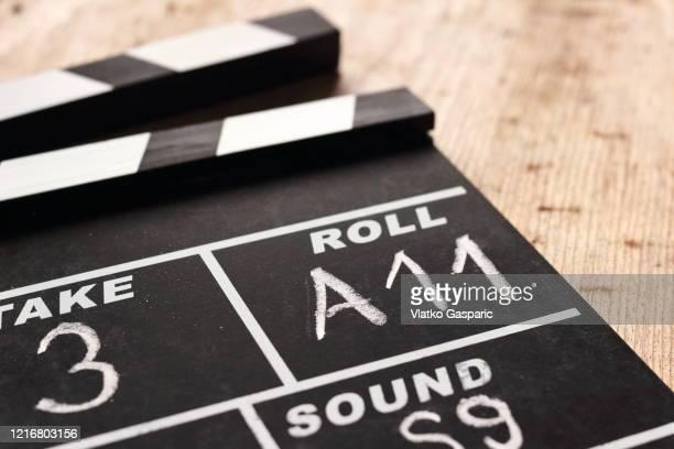 film clap board film slate on wooden background - künstlerischer leiter stock-fotos und bilder