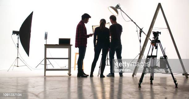 film-crew im studio - fotosession stock-fotos und bilder
