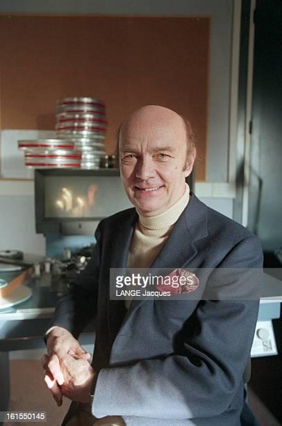 Film Director John Paul Rappeneau LE CINEASTE JEANPAUL RAPPENEAU Le réalisateur pose souriant devant une table de montage vêtu d'un pullover à col...