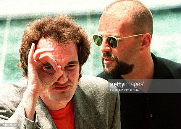 US film director Quentin Tarantino and compatriot actor Bruce Willis pose for photographers 21 May 1995 prior to the screening of their movie 'Pulp...