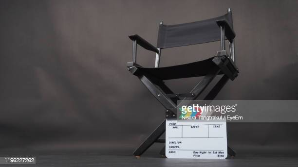 film slate and chair at studio - industria cinematográfica fotografías e imágenes de stock