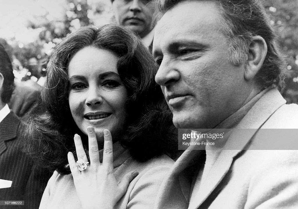 Elizabeth Taylor Showing That ? 127,000 Ring : News Photo