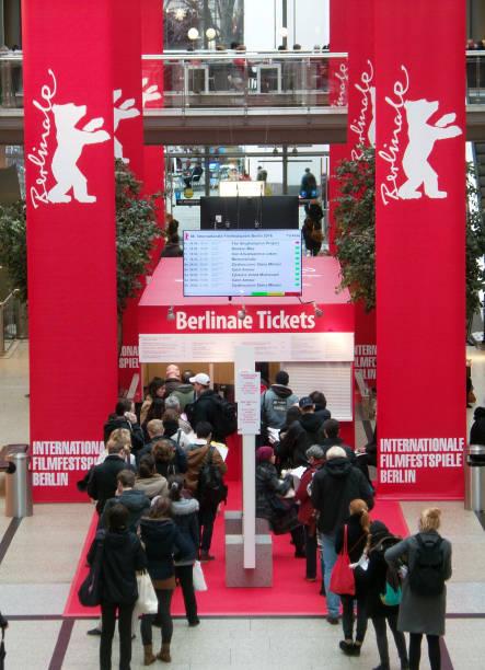 Filmfans Beim Kauf Von Berlinale Tickets An Der Ticketbox In Den