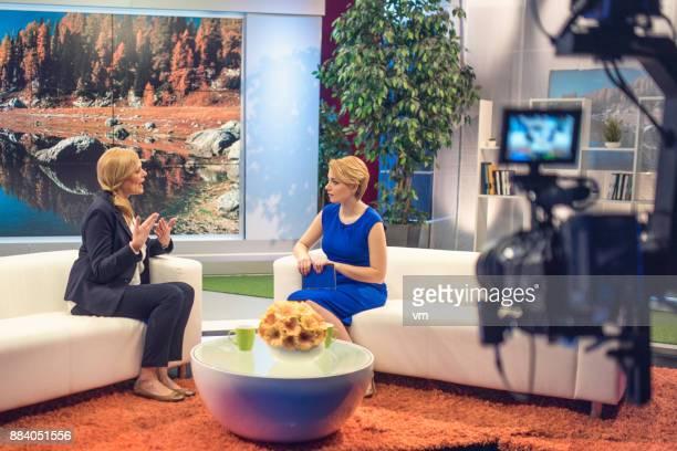 テレビのトーク番組の撮影 - トーク番組司会者 ストックフォトと画像