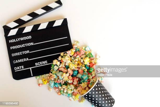 filmmaker's clapboard and popcorn. cinema concept - filme evento de entretenimento imagens e fotografias de stock