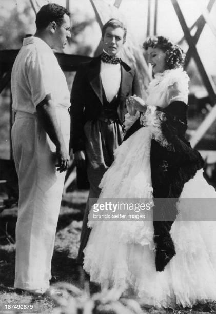 director George Cukor actor Robert Taylor and actress Greta Garbo 1936 Photograph Dreharbeiten zum Film CAMILLE Vlnr der Regisseur George Cukor der...