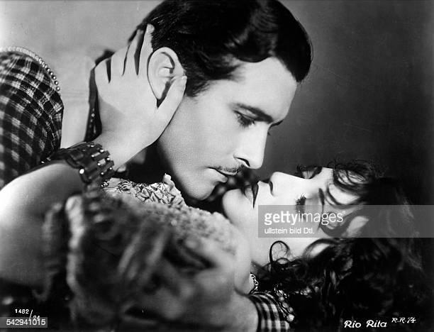 Filmszene aus Rio RitaJohn Boles und Bebe Daniels bei einem Filmkuss 1930