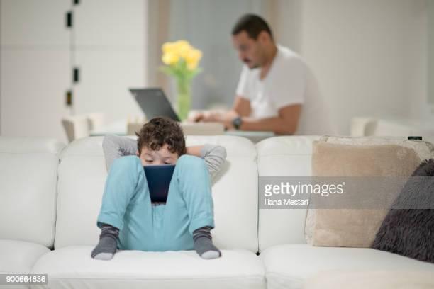 Fils et père très connecté