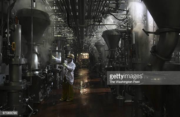 MEAT01a DATE: May 17, 2008 CREDIT: Carol Guzy/ The Washington Post South Sioux City, Nebraska Equipment operator Usbaldo Cortez works in centrifuge...