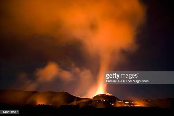 fimmvorduhals erupting at night - fimmvorduhals volcano stockfoto's en -beelden