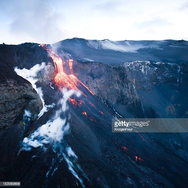 fimmvörðuháls volcano - fimmvorduhals volcano stockfoto's en -beelden