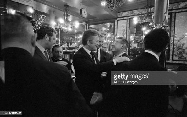 Fin août-début septembre 1967--- Ambiance et célébrités à la brasserie Lipp au 151 boulevard Saint-Germain dans le VIème arrondissement : plan de...