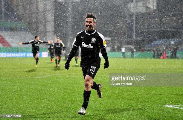 Fin Bartels of Holstein Kiel celebrates after winning the penalty shootout during the DFB Cup second round match between Holstein Kiel and Bayern...