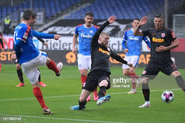 Fin Bartels of Holstein Kiel scores the first goal during the Second Bundesliga match between Holstein Kiel and SSV Jahn Regensburg at...