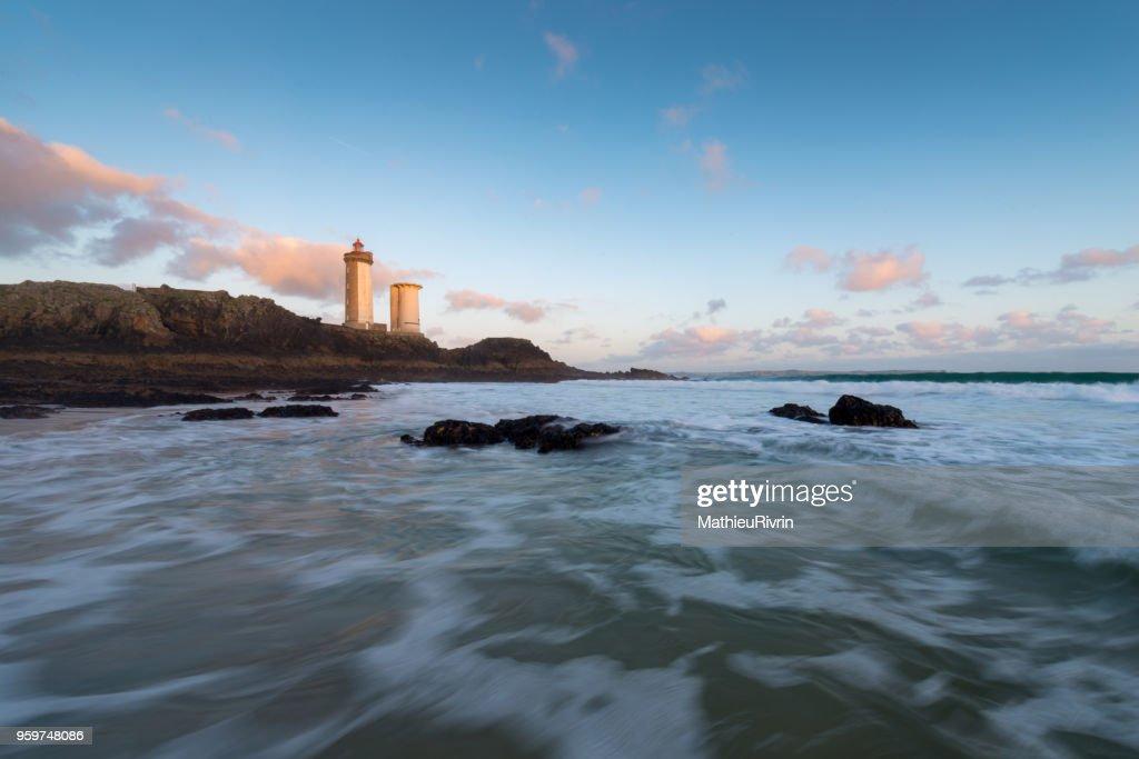 Fin de journée en rade de Brest au phare du Petit Minou : Stock-Foto