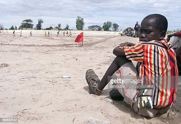 ' Fin de reve difficile pour les ados africains migrants du football' Photo datee du 31 aout 2002 d'un enfant regardant assis les 'navetanes' de...