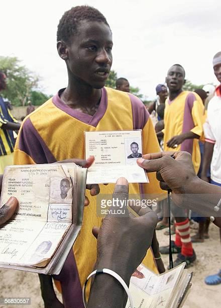 ' Fin de reve difficile pour les ados africains migrants du football ' Photo datee du 31 aout 2002 des organisateurs des 'navetanes' verifiant...