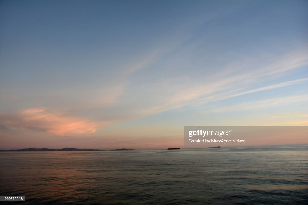 Final Evening Sunset with Blue and Pink Clouds and Water : Stock-Foto