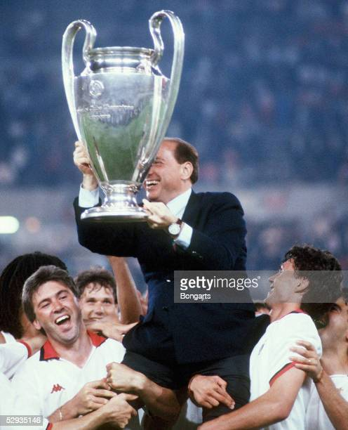 EUROPAPOKAL 1994 Finale Athen AC MAILAND FC BARCELONA 40 Praesident Silvio BERLUSCONI mit Pokal/MAILAND