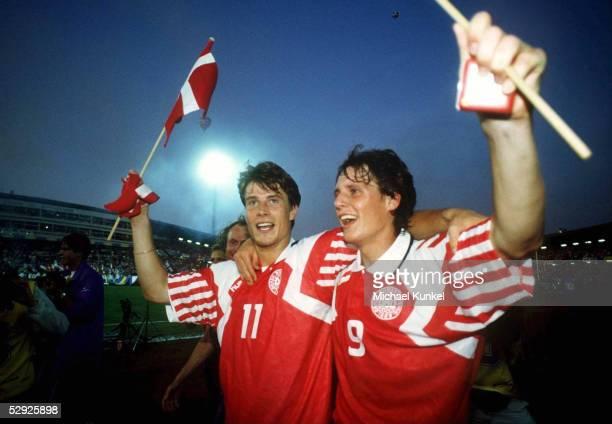 Finale DAENEMARK DEUTSCHLAND 20 Goeteborg EUROPAMEISTER 1992 Daenemark Brian LAUDRUP und Flemming POVLSEN/DEN JUBEL
