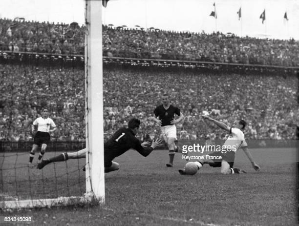 Finale de la coupe du monde opposant la Hongrie à l'Allemagne de l'Ouest, une phase du match durant laquelle Morlock marque le premier but du match,...