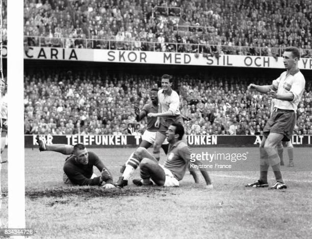 Finale de la coupe du monde opposant la Suède au Brésil le brésilien Vavà marque le premier but égalisant le score 11 à Solna Suède le 28 juin 1958