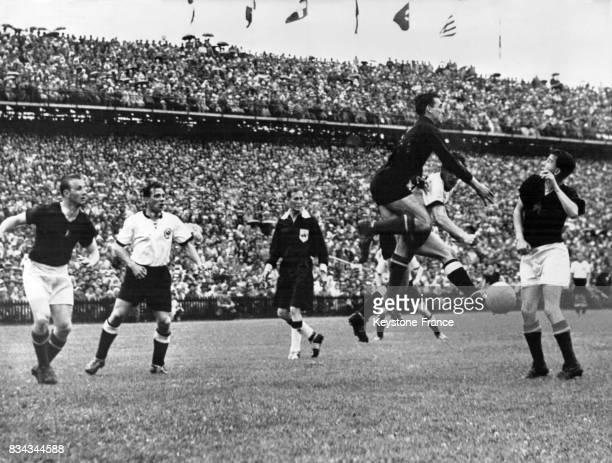 Finale de la coupe du monde opposant l'Allemagne de l'Ouest à la Hongrie une phase du match à Berne Suisse le 4 juillet 1954