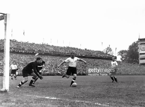 Finale de la coupe du monde opposant l'Allemagne de l'Ouest à la Hongrie, Une phase du match à Berne, Suisse le 4 juillet 1954.