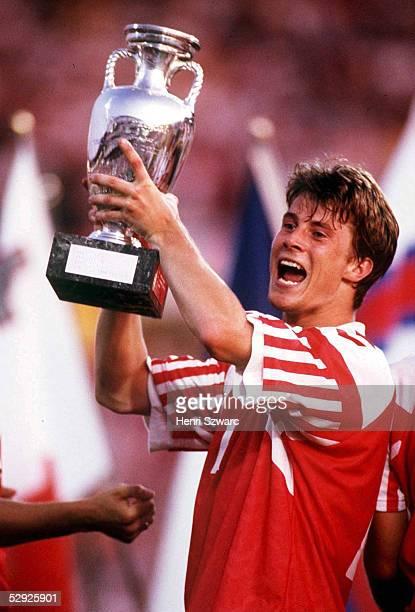 Finale Goeteborg DAENEMARK DEUTSCHLAND 20 EUROPAMEISTER 1992 Daenemark Brian LAUDRUP/DEN mit EM Pokal