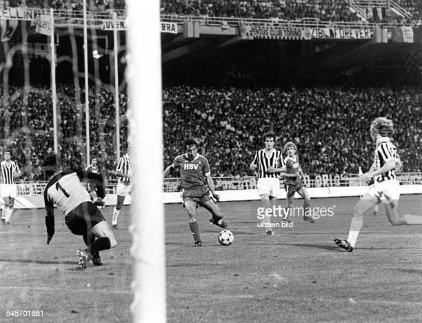 Finale im Europapokal der Landesmeister in Athen Hamburger SV Juventus Turin 10Spielszene Felix Magath erzielt gegen Torwart Dino Zoff fast das...