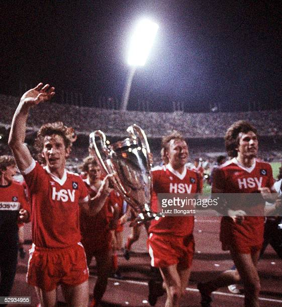 LANDESMEISTER 1983 Finale in Athen HAMBURGER SV JUVENTUS TURIN 10 JUBEL Dietmar JACOBS und Horst HRUBESCH mit POKAL rechts Manfred KALTZ/HSV