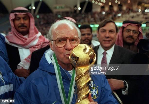 Finale in Saudi Arabien am 221297 BRASILIEN Trainer Mario ZAGALLO kuesst den Pokal/BRA