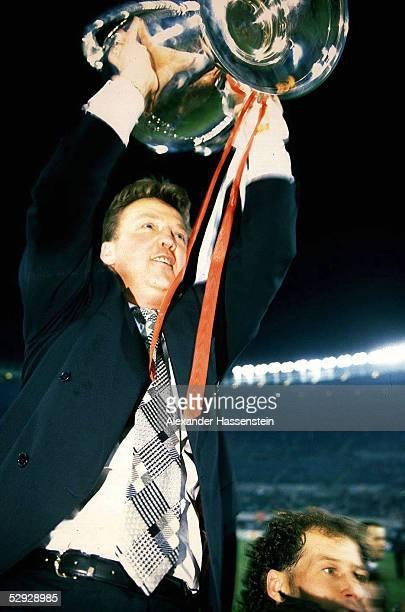 Finale in Wien; FINALE AXJAX AMSTERDAM - AC MAILAND 1:0; CHAMPIONS LEAGUE SIEGER 1995 AJAX AMSTERDAM; TRAINER Louis van GAAL/AMSTERDAM mit Pokal