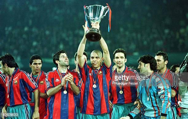 FUSSBALL Finale Pokal der Pokalsieger BARCELONA PARIS ST GERMAIN 10 Luis FIGO/RONALDO mit CUP/PIZZI/TORWART Vitor BAIA/Hristo STOITCHKOV 140597