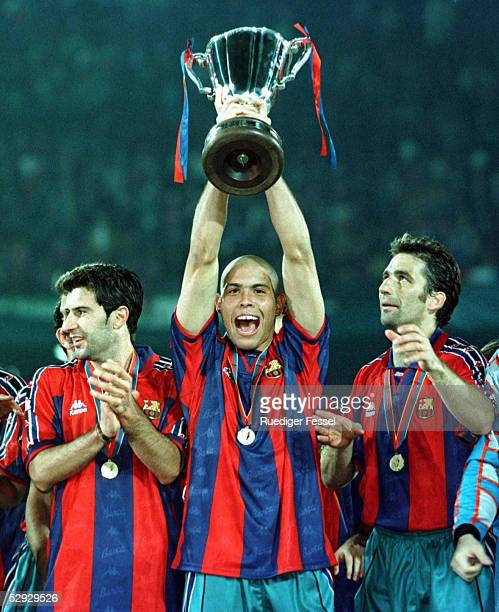 FUSSBALL Finale Pokal der Pokalsieger BARCELONA PARIS ST GERMAIN 10 Luis FIGO/RONALDO mit CUP/PIZZI 140597