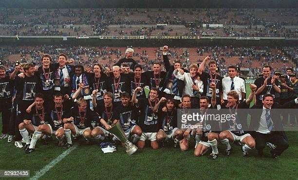 Finale/INTER MAILAND SCHALKE 04 Mannschaftsfoto/JUBEL SCHALKE mit Pokal/Schalke UEFA CUP SIEGER