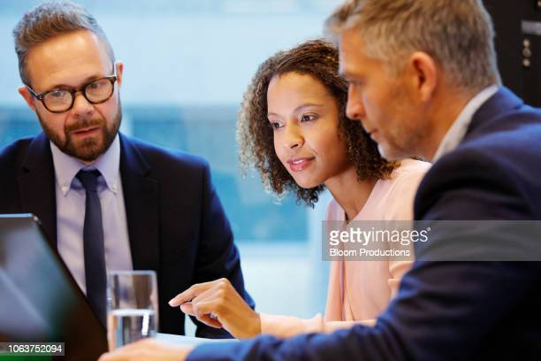 financial advisior having a meeting with couple - finanzberuf stock-fotos und bilder