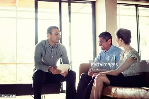 Conseiller financier, discuter avec le couple heureux