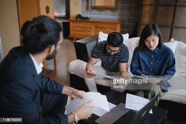 finanzberater erklärt paarzuhause anlagediagramme - politik und regierung stock-fotos und bilder