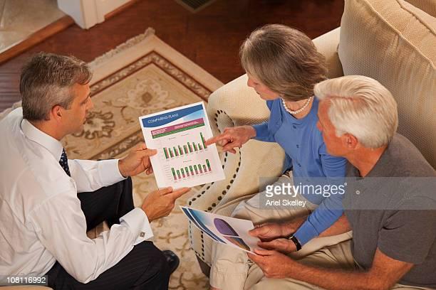Conseiller financier expliquant les investissements pour couple