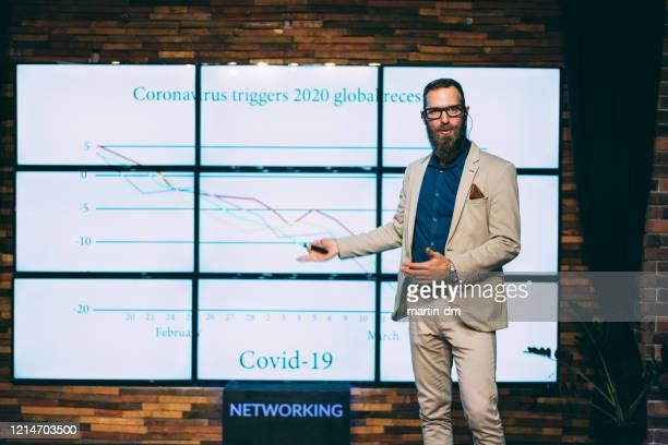 analista financeiro fala sobre recessão global - representar - fotografias e filmes do acervo