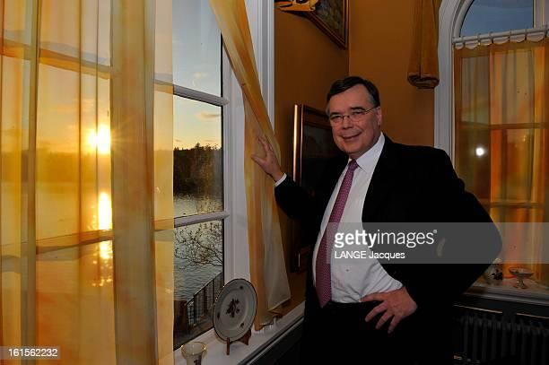Financial Crisis In Iceland Attitude souriante du Premier ministre islandais Geir HAARDE regardant le soleil se coucher derrière une fenêtre d'un...