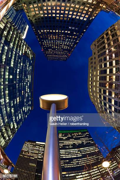 financial district office buildings illuminated at dusk, canary wharf, docklands, london, england, united kingdom, europe - gavin hellier stock pictures, royalty-free photos & images
