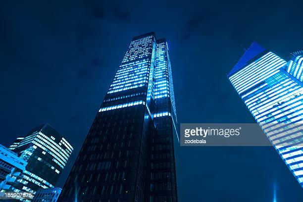 Quartier financier de bureaux de gratte-ciels de nuit