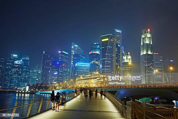 financial dsitrict of singapore lit at night - singapura imagens e fotografias de stock