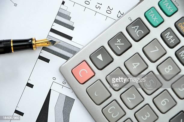 calculadora bolígrafo y financiero gráfico - signo de más fotografías e imágenes de stock