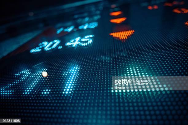 finanzielle börse zahlen und pfeil - kurstafel stock-fotos und bilder